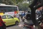 Thanh niên 'chuyên' chặn đầu ôtô đi ngược chiều ở Hà Nội