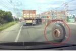 Thất kinh clip xe tải đang chạy bỗng văng mất 1 bánh xe