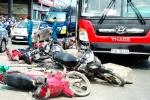 Video: Hàng loạt xe máy nằm la liệt sau khi bị xe khách cuốn vào gầm ở TP.HCM