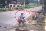 Clip: Cố vượt barie, nữ 'quái xế' ngã ngửa giữa đường ray tàu hỏa