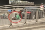 Clip: Xe tải, ô tô con lũ lượt đi lùi kiểu 'giết người' tại chân cầu Phú Mỹ, TP.HCM