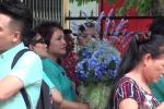 Video: An ninh thắt chặt, dân mang hoa đến dự phiên tòa tuyên án bác sỹ Lương