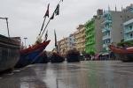Ngư dân Thanh Hoá kéo thuyền lên phố tránh bão số 3