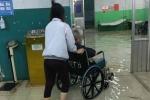TP.HCM ngập nặng, bác sĩ bì bõm lội nước cứu bệnh nhân