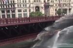 Clip: Cầu thép nở ra vì quá nóng, được cứu hỏa phun nước hạ nhiệt