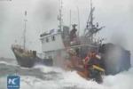 Video: Cảnh sát biển Hàn Quốc tiếp cận, ném lựu đạn choáng vào tàu cá Trung Quốc