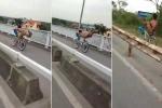 Thanh niên làm xiếc, uốn dẻo tạo dáng 'tiên cá' trên xe đạp đang chạy