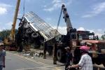 Ô tô tải lao xuống cầu, phụ xe chết tại chỗ, tài xế bị gãy 2 chân kẹt trong cabin