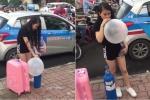 Xôn xao clip thiếu nữ xinh đẹp vác theo bình khí, hít bóng cười giữa phố Hà Nội