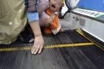 Xót xa bé trai 2 tuổi bị kẹt dương vật ở thang cuốn siêu thị