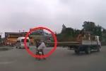 Clip: Cột điện quá khổ trên xe cẩu va vào mặt người đi đường