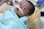 Bé trai bị thủng ruột từ trong bụng mẹ được cứu sống kỳ diệu