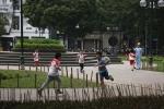 Hà Nội cắm 'chông' ở công viên: Bảo vệ hoa hay 'bẫy' người?