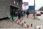 Ảnh: Barie ngăn xe máy tràn lên vỉa hè ở một số tuyến phố Hà Nội