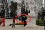 Phẫn nộ nam thanh niên đánh bạn gái tới tấp giữa chốn đông người