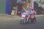 Bi hài nữ 'ninja' bị xe máy húc suýt ngã ngửa trên phố Sài Gòn