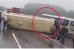 Clip: Hiện trường xe khách đâm nhau lật nhào trên cao tốc Hà Nội - Lào Cai