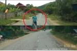 Người phụ nữ lao vào đầu ôtô rồi vùng vằng bỏ đi