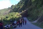 Đất đá từ đồi cao ầm ầm đổ xuống, người dân hô hoán quay đầu xe tháo chạy