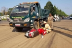 Xe tải va chạm xe máy, một người đàn ông nguy kịch
