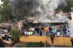 Clip: Dân bắc thang, trèo tường, bế cả trẻ con xem dập lửa 4 ô tô bốc cháy ở Phú Thọ
