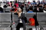 Chờ tàu xe trước Tết, người Trung Quốc làm gì để 'giết thời gian'?