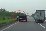 Clip: Ngang nhiên dừng ô tô bán tải ở làn trái cao tốc để đi vệ sinh