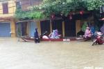 Phố cổ Hội An chìm trong biển nước, du khách thích thú chèo xuồng ngắm phố