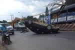 Băng qua đường ẩu, xe máy khiến ô tô nằm phơi bụng giữa đường