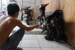 13 giang hồ xăm trổ xông vào nhà đập phá, ném bom xăng đốt xe máy ở Sài Gòn