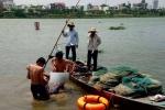 2 bảo vệ lao xuống dòng nước chảy xiết cứu nam thanh niên nhảy cầu tự tử