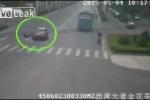 Clip: Cố tình lao đầu vào ôtô đang chạy để tống tiền