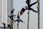 Ảnh đẹp: Lính cứu hỏa Nhật Bản thi triển 'khinh công'