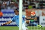 Hậu vệ Man City gục xuống sân vì không thể giữ sạch lưới