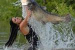 Thú chơi kinh dị: Dùng tay làm mồi nhử tóm cá khổng lồ