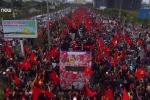 Video: U23 VN diễu hành giữa biển người và rừng cờ rực đỏ nhìn từ flycam