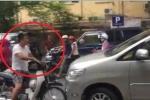 Tài xế xe máy chặn đầu ô tô đi lấn làn: Đầu trần nghênh ngang, không thể chấp nhận
