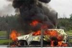 Đang chạy trên cao tốc, ô tô 7 chỗ bốc cháy ngùn ngụt, trơ khung sắt