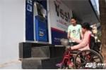 Hà Nội dẹp 'cướp' vỉa hè: Máy rút tiền làm khó người tàn tật