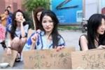 Trung Quốc: Người mẫu ô tô ăn mặc mát mẻ làm ăn mày trên phố