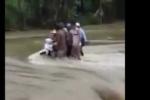 Dân giải cứu 2 thanh niên cùng xe máy chôn chân trong lũ xiết ở Yên Bái