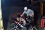 Clip: Cướp giật điện thoại trên tay em bé ngay trước cửa nhà