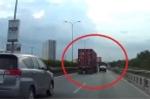 Clip: Đi vào điểm mù của container, ôtô con bị đâm xoay ngang xe