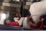 Clip: Bố xót xa ôm con gái bị kẹt tóc vào thang cuốn, đám đông bất lực đứng nhìn