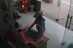 Clip: Chủ nhà hớ hênh, nữ quái lẻn vào trộm laptop dễ như ăn kẹo