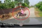 Clip: Xe máy drift khét lẹt trước đầu ô tô trên đường làng