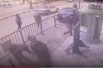 Video: Cảnh sát tay không đỡ em bé rơi từ tầng 3