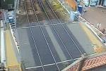 Bất chấp cảnh báo người dân Anh vô tư vượt rào chắn tàu hỏa