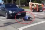 Clip: Thanh niên liều chết chui gầm ô tô, chống đẩy giữa phố đông