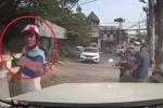Clip: Bị bấm còi, người đi xe máy dùng gậy đập kính ô tô